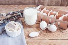 Składniki dla wypiekowego wielkanoc torta - jajka, mleko na drewnianym tle Obrazy Stock