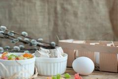 Składniki dla wypiekowego wielkanoc torta - jajka, mleko na drewnianym tle Zdjęcia Royalty Free