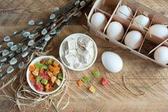 Składniki dla wypiekowego wielkanoc torta - jajka, mleko na drewnianym tle Zdjęcie Royalty Free