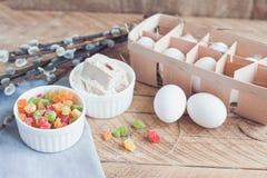 Składniki dla wypiekowego wielkanoc torta - jajka, mleko na drewnianym tle Obraz Royalty Free