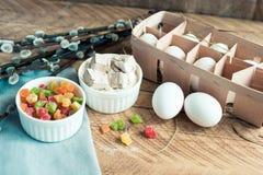 Składniki dla wypiekowego wielkanoc torta - jajka, mleko na drewnianym tle Fotografia Royalty Free