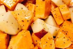 skära i tärningar kryddat rått för potatis Royaltyfria Foton