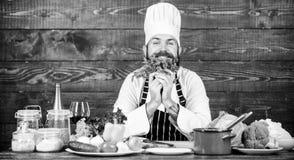 Sk?ggig hipster f?r man som lagar mat nya gr?nsaker Kulinariskt receptbegrepp Nyast m?jliga ingredienser Kocken anv?nder nytt arkivbild