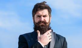 sk?ggig man framtida framg?ng Manligt formellt mode Brutal caucasian hipster med mustaschen Aff?rsman mot himlen royaltyfria bilder