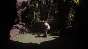 sk?mtsam barndom Liten flickalek Mini Golf Outdoor arkivfilmer
