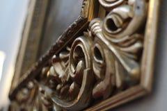 Sk?nhet och historia Tom guld- utsmyckad bildram royaltyfri fotografi
