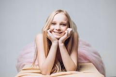sk?nhetfris?rsalong sunt långt hår med naturlig färg lycklig blond flicka skincare och naturlig makeup Den unga asiatiska flickan arkivfoto