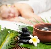Sk?nhetkvinna som f?r ansikts- massage H?rlig ung kvinna som f?r brunnsortmassage Fokus på Spa objekt royaltyfria bilder