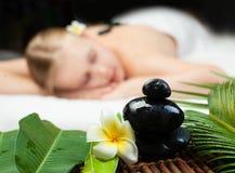 Sk?nhetkvinna som f?r ansikts- massage H?rlig ung kvinna som f?r brunnsortmassage Fokus p? Spa objekt royaltyfri bild