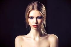 Sk?nhetst?ende av den attraktiva unga kvinnan med den n?tta framsidan f?r ren hud royaltyfria bilder