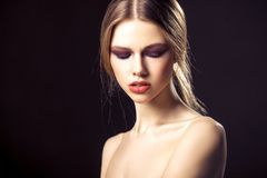 Sk?nhetst?ende av den attraktiva unga kvinnan med den n?tta framsidan f?r ren hud royaltyfri bild