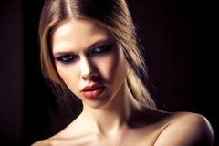 Sk?nhetst?ende av den attraktiva unga kvinnan med den n?tta framsidan f?r ren hud royaltyfri fotografi