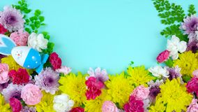 Sk?rm f?r p?skv?rfast utgift av nya blommor p? bl?tt tr?, timelapse