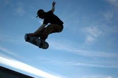 Sk8tr Luft des blauen Himmels Lizenzfreie Stockfotos