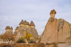 Skał miejsca Cappadocia w jesieni fotografia stock