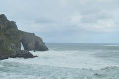 Skała łuki Na wyspie erem San Juan De Gaztelugatxe Tutaj Są Filmującym grze trony Geologii natury krajobrazy fotografia royalty free