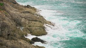 Skała i fale w turkusowym morzu Piękno ocean i władza zbiory wideo