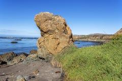 Skała i niezwykłe geological formacje przy niskim przypływem Zdjęcia Stock