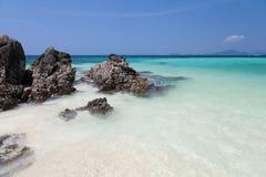 Skała i tropikalna plaża Zdjęcia Royalty Free