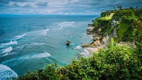 Skała na Niemożliwej plaży w wieczór świetle, luxus chałupa na wzgórzu, Bali Indonezja Obrazy Royalty Free