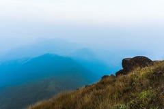 Skała na wysokiej górze czuć osamotnionego trawa na wysokiej górze Zdjęcie Royalty Free