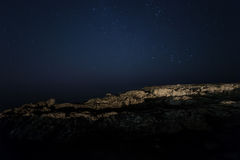 Skała nocne niebo gwiaździsty Morze Obraz Royalty Free