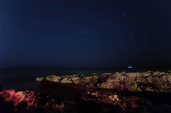 Skała nocne niebo gwiaździsty Morze Fotografia Stock