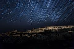 Skała nocne niebo gwiaździsty Morze kamera spowodować globu przepływu narażenia rotacji jest gwiazda długo ciągnie polaris gwiazd Fotografia Royalty Free