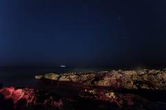 Skała nocne niebo gwiaździsty Morze Morze podkreślający kamera spowodować globu przepływu narażenia rotacji jest gwiazda długo ci Zdjęcie Royalty Free