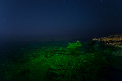 Skała nocne niebo gwiaździsty Morze Morze podkreślający kamera spowodować globu przepływu narażenia rotacji jest gwiazda długo ci Zdjęcia Royalty Free