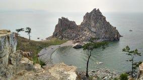Skała szamanu ` s smok - piękne skały na jeziornym brzeg obrazy royalty free