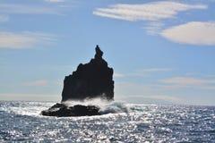 Skała wśród oceanu nawadnia Fotografia Royalty Free