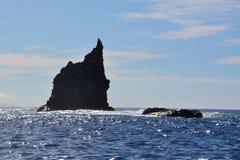 Skała wśród oceanu nawadnia Fotografia Stock
