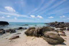Skała wyrzucać na brzeg na Khai wyspie, Phuket prowincja Tajlandia Zdjęcie Royalty Free