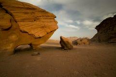 Skała z imię skały kurczakiem w wadiego rumu pustyni, Jordania Obrazy Stock