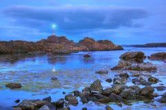 Skały blisko Ahtopol wioski i latarni morskiej, Bułgaria - błękitna godzina Zdjęcia Stock