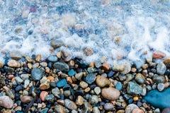 Skały brogować na seashore fotografia stock