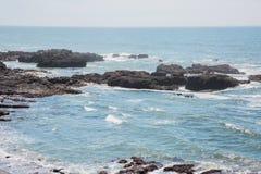 Skały dosięga daleko w ocean zdjęcie royalty free