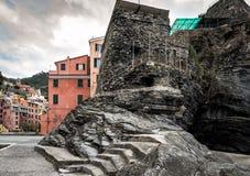 Skały formaci projekt w Vernazza miasteczku w Cinque Terre parku narodowym, Włochy Fotografia Royalty Free