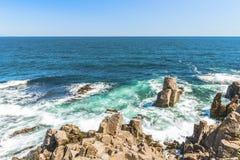Skały formacja w błękitnych morzy spojrzeniach jak twarz w Sozopol, Bułgaria Obraz Royalty Free
