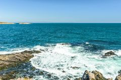 Skały formacja w błękitnych morzy spojrzeniach jak twarz w Sozopol, Bułgaria Obrazy Royalty Free
