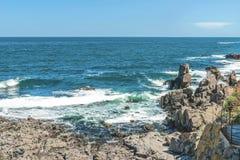 Skały formacja w błękitnych morzy spojrzeniach jak twarz w Sozopol, Bułgaria Zdjęcie Royalty Free