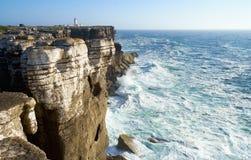Skały i fale kipiel w oceanie blisko Cabo Carvoeiro, Peniche półwysep z latarnią morską na tle, Portugalia zdjęcia royalty free