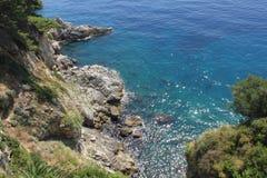 Skały i golubaya przejrzysta woda, Dubrovnik Chorwacja obrazy royalty free