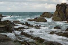 Skały i niespokojny ocean Zdjęcia Royalty Free