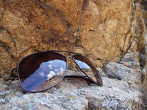 Skały i okulary przeciwsłoneczni Zdjęcie Royalty Free