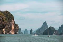 Skały i wyspy formacje w zatoce Tajlandia zdjęcia royalty free