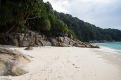 Skały na białym piaska żółwiu wyrzucać na brzeg przy Pulau Perhentian, Malezja Zdjęcia Royalty Free