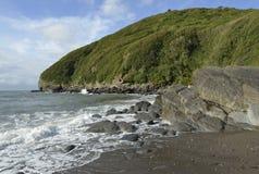 Skały na Lee zatoki plaży Fotografia Royalty Free