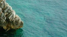 Skały na morzu w Montenegro Skalista brzegowa Dzika plaża Dangero zbiory wideo